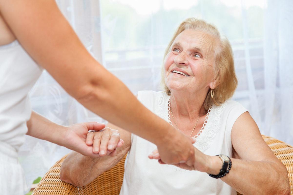 Companhia para idosos: 5 razões para contratar um cuidador